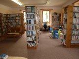 foto - celkový pohked do interiéru z pracoviště knihovnice