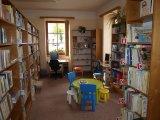 foto - jiný pohled do interiéru z místa pracoviště knihovnice