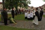 Závěrečné modlitby za zemřelé u kříže před kostelem